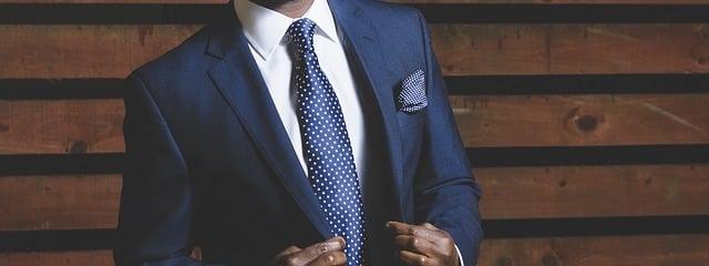 Où doit s'arrêter la cravate ?