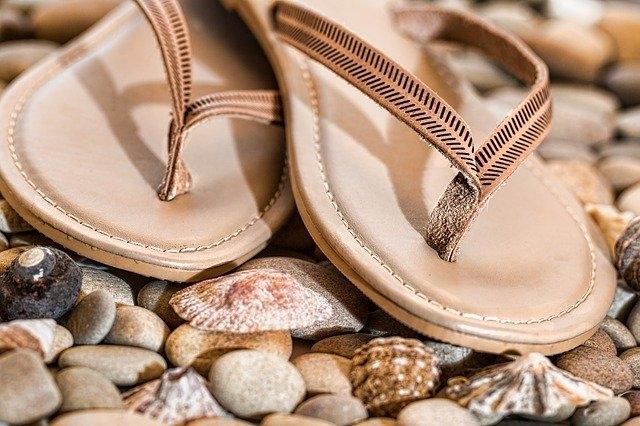 Comment porter des sandales trop grandes ?
