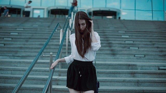 Comment porter une jupe longue plissée ?