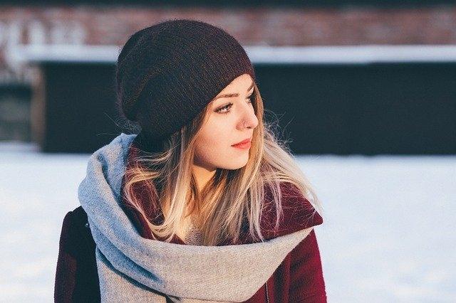 Quel chapeau pour visage rond femme ?