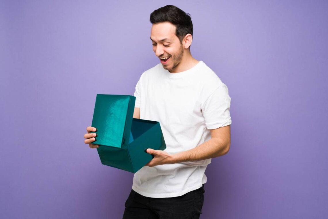 homme surpris par son cadeau